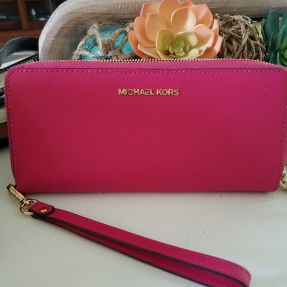 1609116c3681 Michael Kors jet set travel continental wallet. M 5b5b629d3c9844b07e21a384
